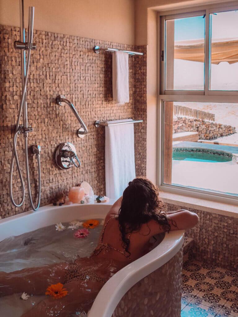 טבילה באמבטיה בסוויטת צופר - ארץ ערבה