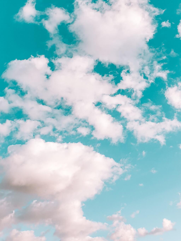 שמיים כחולים ועננים לבנים - The Glow Getter